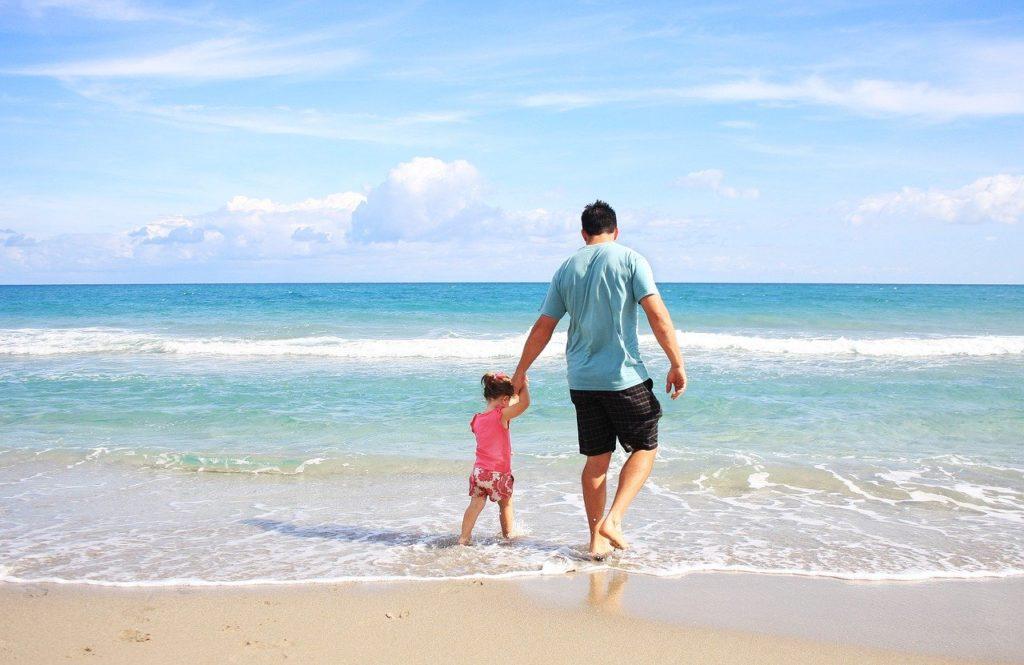 Far og dreng ved stranden